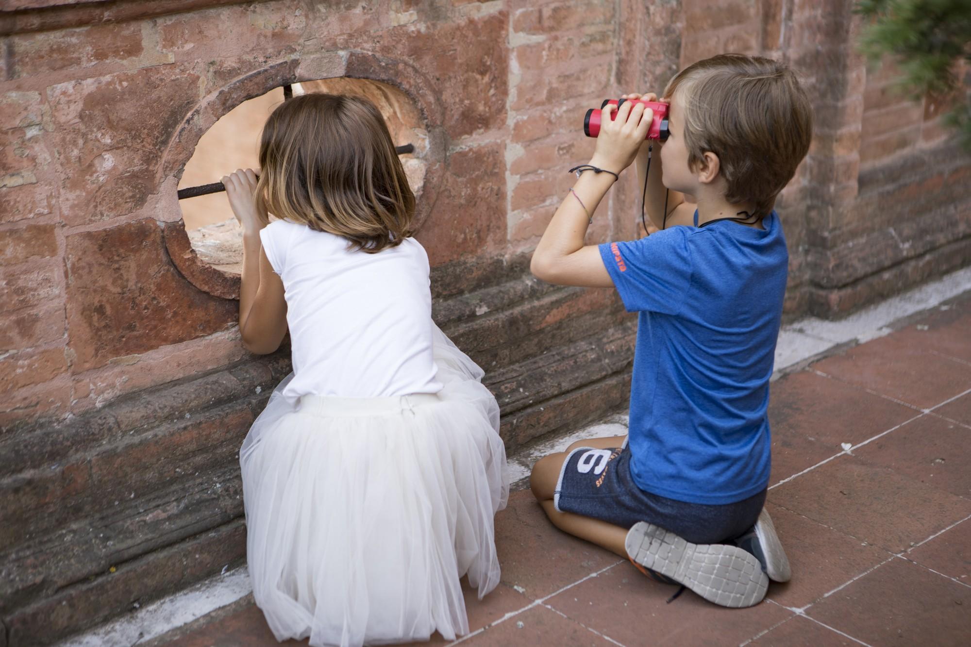 due bambini giocano nel castello estense di Ferrara